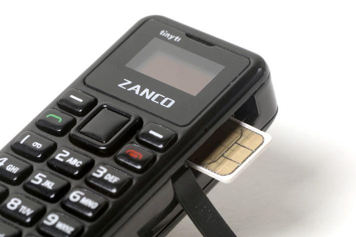 使用 nano SIM,要注意此機只支援2G網絡,更不可使用 SmarTone 的 SIM 卡。