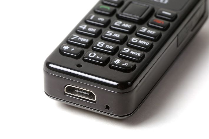 microUSB 介面充電,用一般充電線即可。