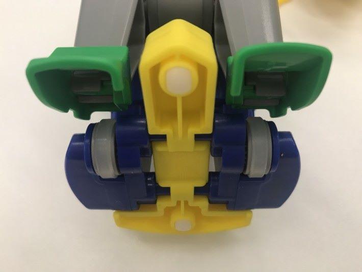 足球機械人底部設有移動用的車輪。