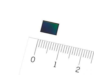 有效像素達 4,800 萬的堆疊型 CMOS 感光元件 IMX586 ,對角線只有 8 毫米。