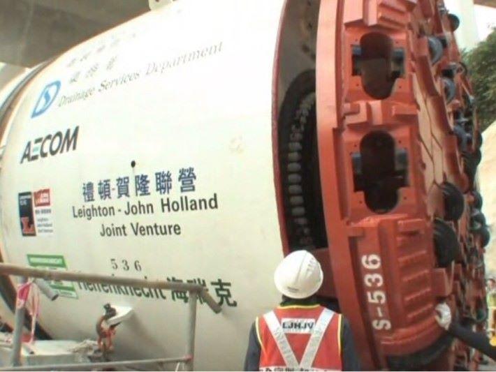 大型的鑽挖機「大長今」號,於地底進行工程。