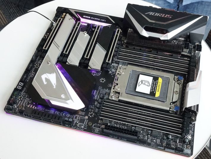 Gigabyte AORUS X399 Extreme,由同事小洛夫攝於 Computex。