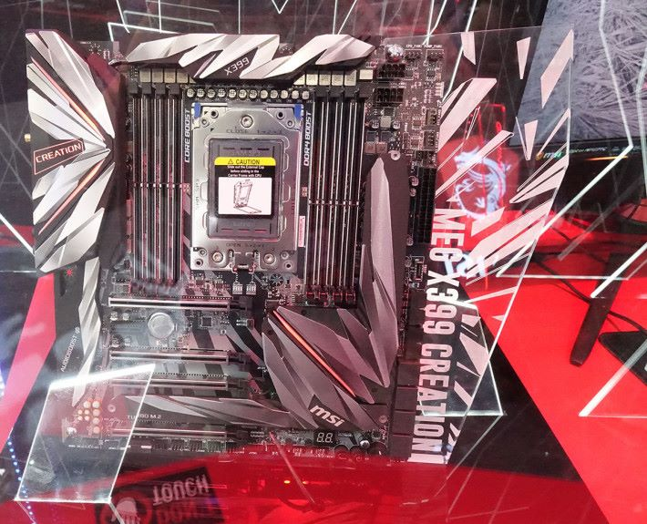 MSI MEG X399 Creation,由同事小洛夫攝於 Computex。