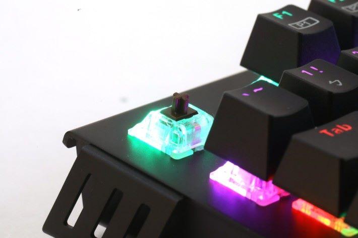 K60M PLUS 提供青、茶及紅軸以供選擇。