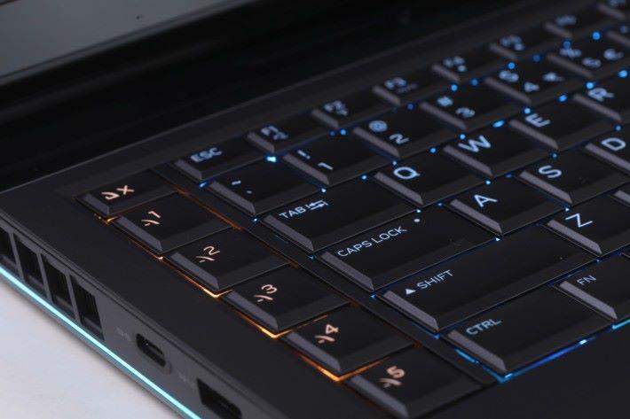 鍵盤左側位置提供5組自訂快捷鍵,玩家能自行編定巨集增強作戰能力。