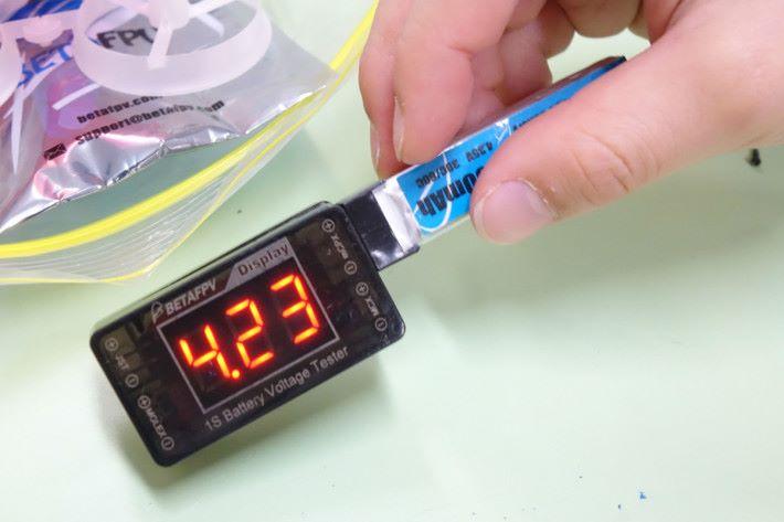檢查電池的電量,亦是飛行前的準備工夫之一。