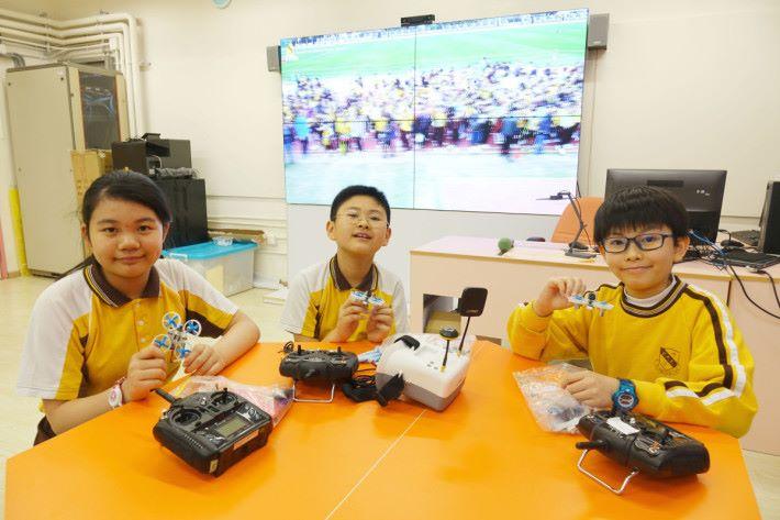 參加小小飛機師(左起)學生洪麗而、鄭栢良及衞斯迪,分享操控無人機的技巧及感受。