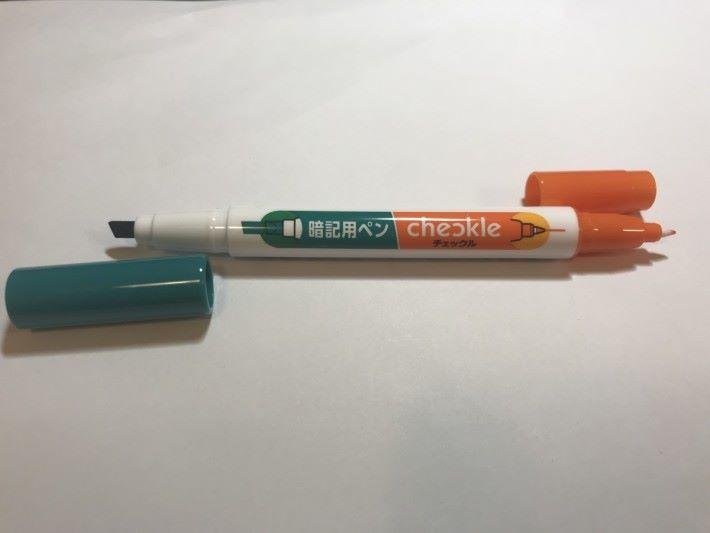 暗記熒光筆是一支擁有兩個筆頭的熒光筆。