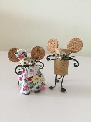 可愛老鼠由酒塞和金屬支架組成。