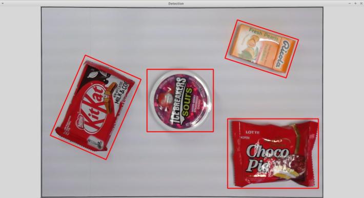 在進行機器學習前,首先要執行相機校正,調節鏡頭對焦和對比度,而校正過程利用 OpenCVlibrary 攝取影像和進行物件識別。