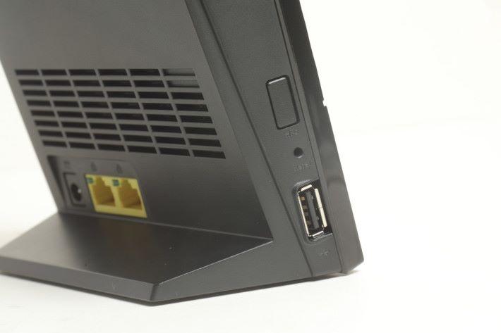 機身側邊有一個 USB 2.0 埠,可以插外置硬碟或印表