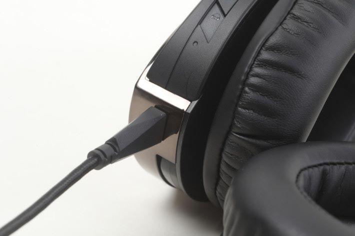ROG Strix Fusion 500 屬於有線耳機,用戶使用時必須把 USB 線連接。