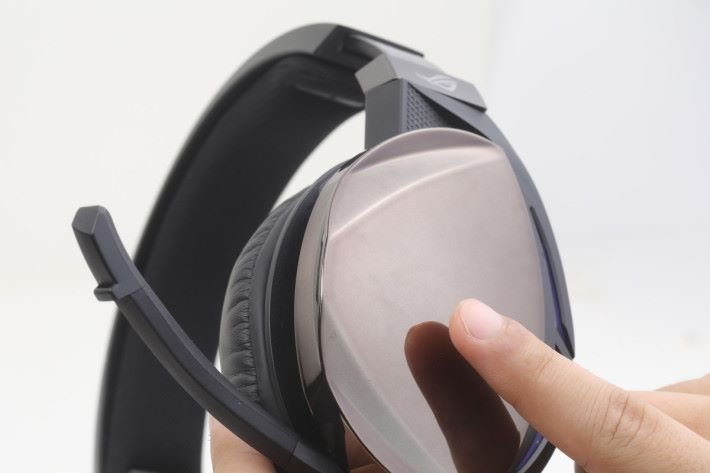 耳機側面藏有觸控面板,上下滑動可調整音量,左右滑動能選取歌曲。
