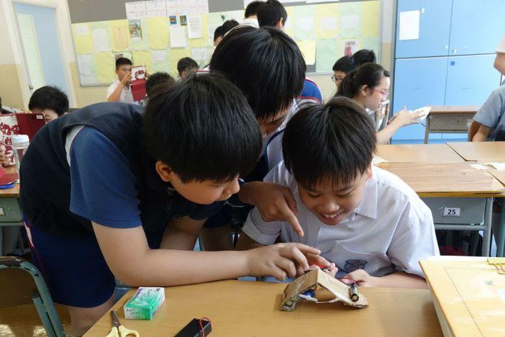 將各種素材結合後,學生們正為仿生機械進行測試。