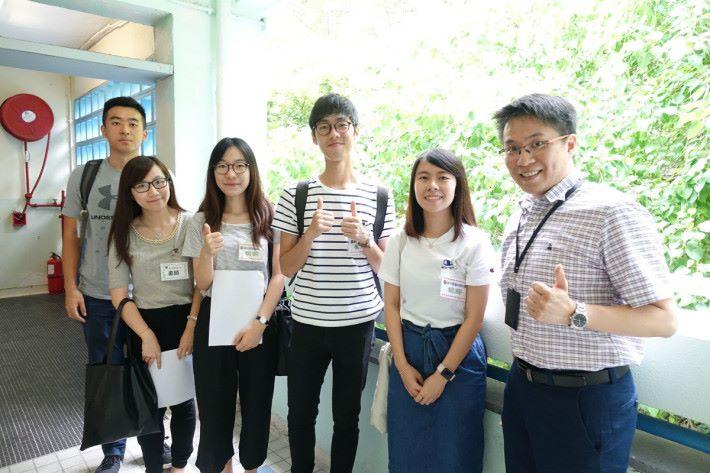 STEM sir 邀(右一)請教大學生擔任助教,他表示感激教大學生的協助,令學生學習更順利。