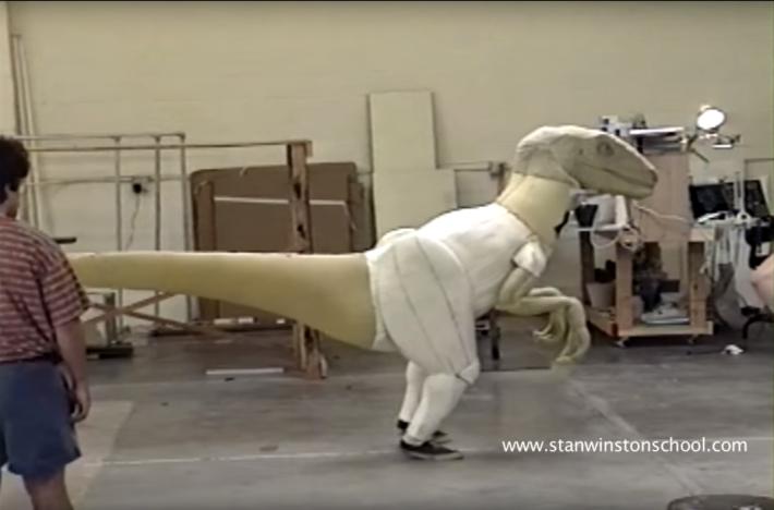 劇中速龍的鏡頭就將電腦繪圖融合布偶裝製。