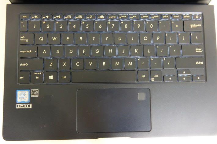 使用六行式鍵盤提供 1.4mm 鍵程,兼具背光燈。