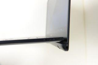右方設有兩個 USB 3.1 Type C/Thunderbolt 3,而耳 機插口就位於屏幕下方。