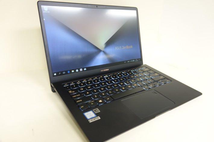 打開屏幕時鍵盤將隨之自動傾斜,提供了更大的散熱空間。