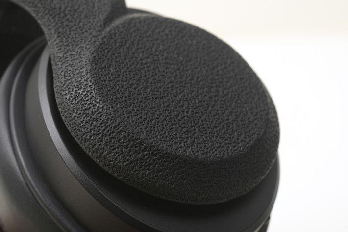 耳機的外殼以真皮包裹,感覺很高級,超厚的耳棉令佩戴更舒適。