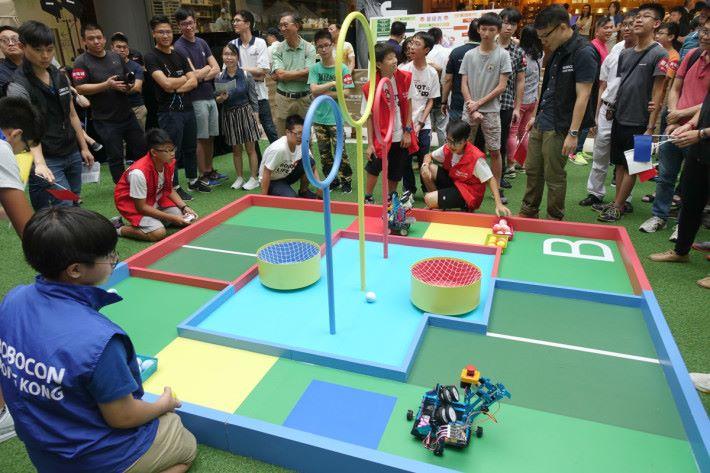 兩隊的機械人需要指定的範圍進行比賽。