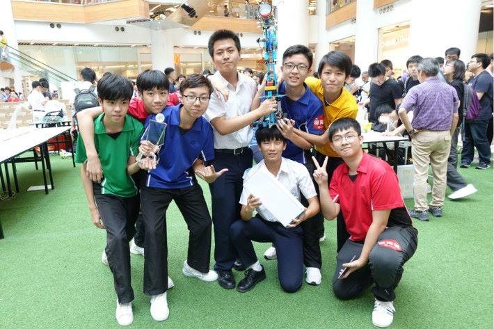 中華基督教會馮梁結紀念中學第二隊獲得最佳工程設計獎及全場冠軍。