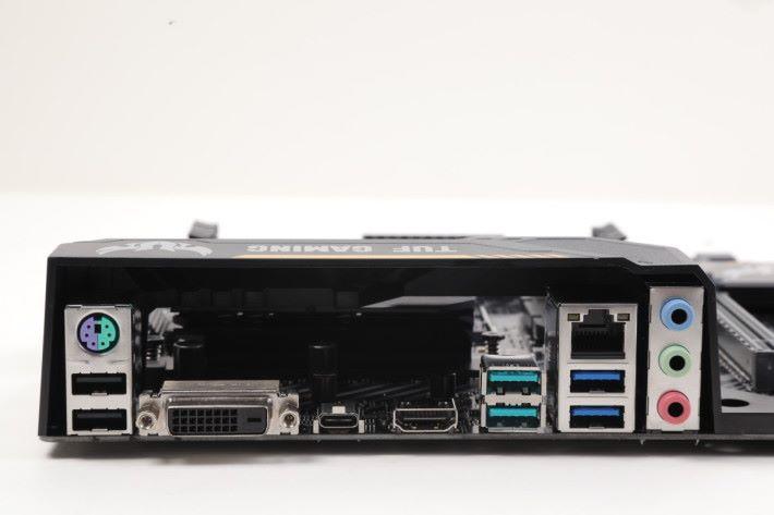 背板的輸出貴精不貴多,包括了 USB 3.1 Gen2、USB Type-C 等。