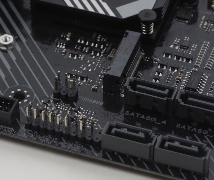 第四組 Temperature Sensor 的位置在系統控制面板連接 排針附近。