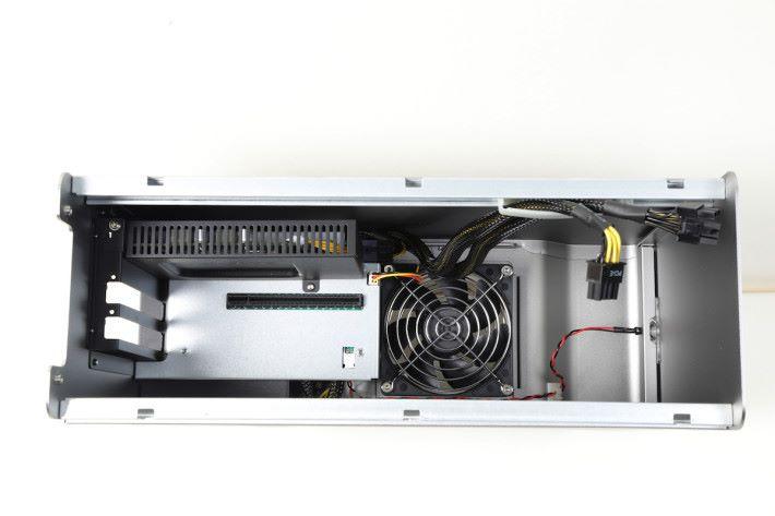 機箱底部也有散熱扇和預留足夠散熱空間