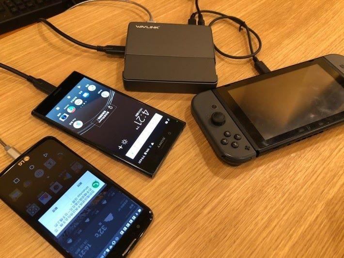 備有多個 USB 接口,並支援 PD 快速充電,可多作充電器使用。