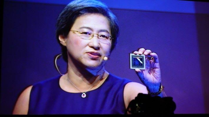 AMD CEO 蘇姿丰於 Computex 拿著 7nm Radeon Instinct GPU,明言今年稍後會推出市場。