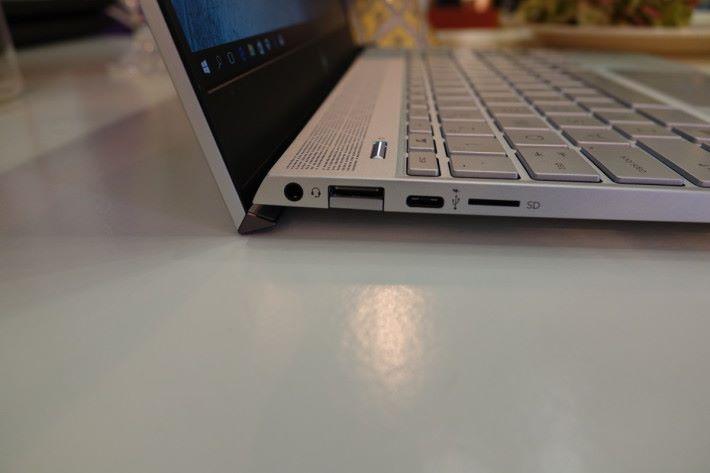 埠位齊備,有 USB Type-A 和 Micro SD 讀卡器。