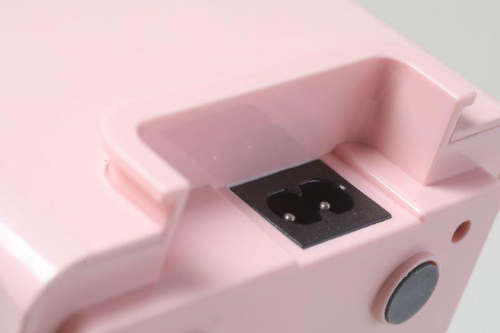 電源線插孔設於開關那邊的下方。