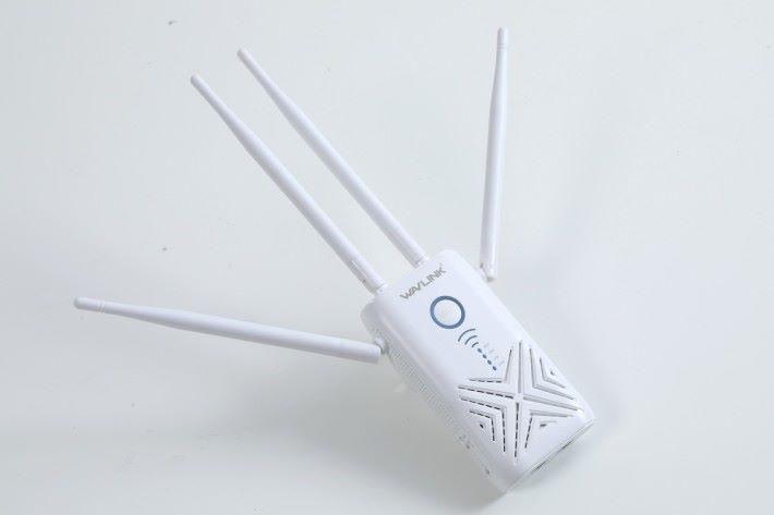 很少 Wi-Fi Range Extender 具備四條天線,WAVLINK Arieal X 的正面就有一大個 X 型散熱孔,因此型號名稱也有「X」字。