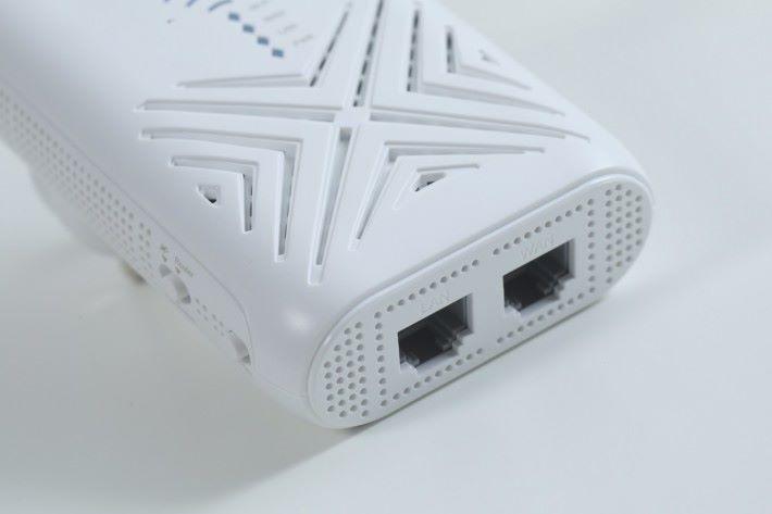 有一個 Gigabit WAN/LAN 埠和一個純 LAN 埠。