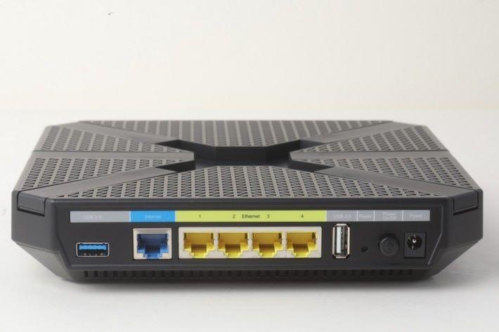 有一個 WAN 埠和四個 LAN 埠,用戶可自選哪兩個埠行 Link Aggregation。