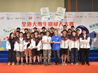 戴紹龍(前排右四)認為是次比賽可增強學生的團隊合作精神,及對科技園的技援措施更了解。他頒發「最佳團隊精神獎」給香港專業教育學院(青衣分校)之「締造傳奇」。