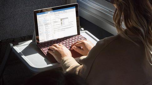 Surface Go 的 Type Cover 鍵盤保護蓋經常精心設計,不過是分開購買的⋯⋯