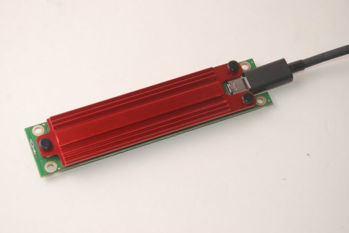 針對Samsung NVMe SSD的發熱量而設的散熱片。