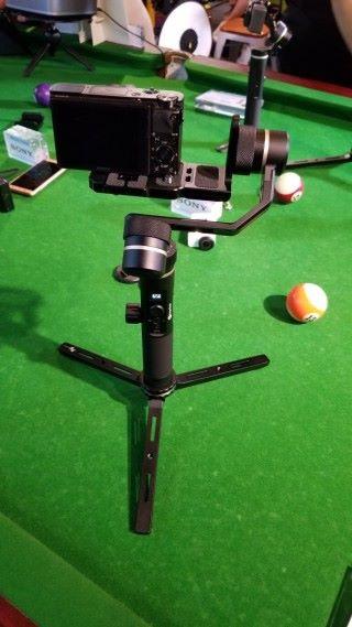 其橫滾和俯仰電臂均採用仰角傾斜臂設計,取景時屏幕不會被遮擋。