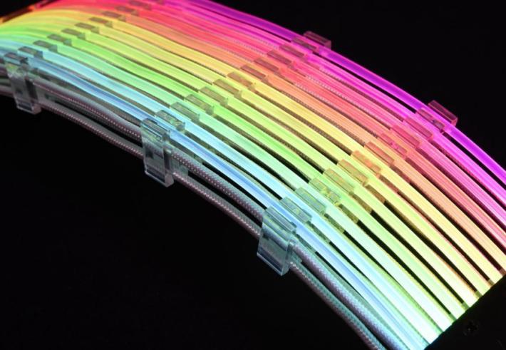 有理線梳夾著上層的 RGB 發光線和下層的 24 Pin ATX 電源線。
