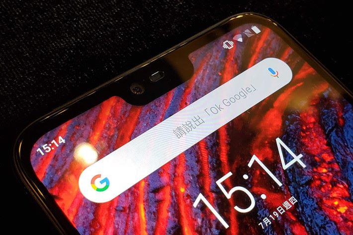 5.8吋、19:9 比例的瀏海屏,用戶可選擇將瀏海隱藏起來。