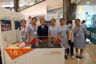 聖母玫瑰書院一眾女學生設計預防長者在家中失救的電子設備。
