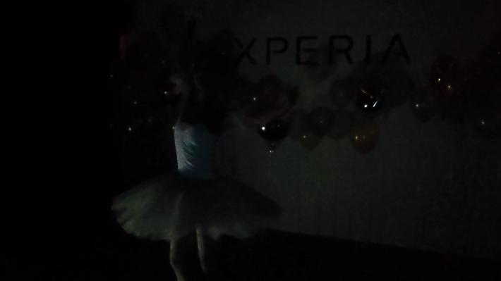 未開啟超感光模式時,因環境極暗,未能清晰拍攝舞者的舞姿。