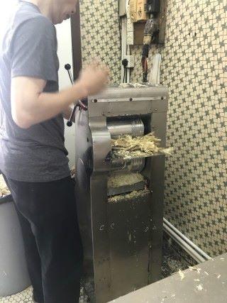 甘蔗榨汁機一般是需要去甘蔗皮以後才能榨汁,那是因為甘蔗皮大多沾有污染物質。