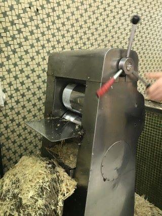 甘蔗榨汁機就是為了壓榨蔗汁而設,甘蔗榨汁機利用了壓縮原理,把甘蔗內的水分壓榨出來。