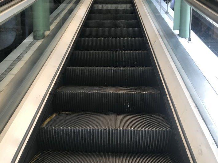 在自動扶手電梯的終點位置裝有梳齒板,目的是要防止抵達終點時會攝著障礙物件,以免影響自動扶手電梯內部零件的正常運作。