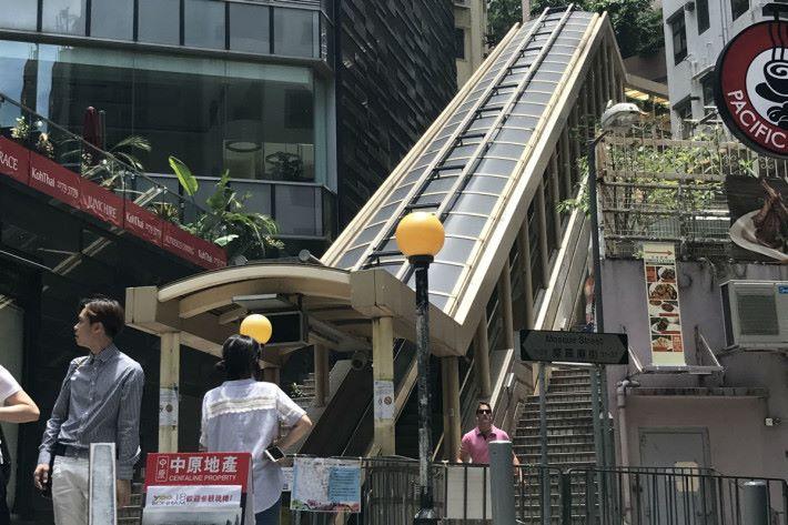 自動扶手電梯的傾斜度符合國際安全標準,常見的是 30 度,而最高的傾斜度是 35 度。傾斜度於 30 度以下的自動扶手電梯,最高速度為 0.75m/s ,而超過 30 度的自動扶手電梯,最高速度為 0.5m/s 。