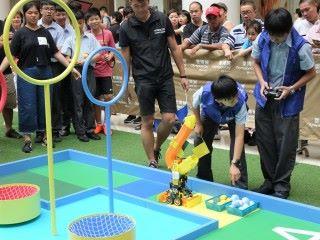 參賽者需要將機械人駕駛到黃區,才能放置彩球在機械人上。