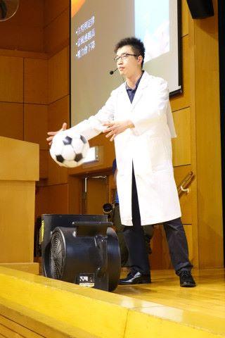 表演期間,四位博士會講解科學原理,圖中涉及白努利定律。